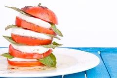 De salade van Caprese met mozarella, tomaat en basilicum Stock Fotografie