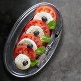 De salade van Caprese De plakken van de tomaat en van de mozarella stock foto's