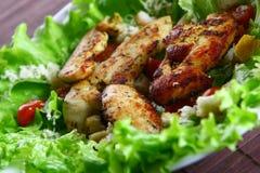 De salade van Cezar met kip en tomaten Stock Fotografie