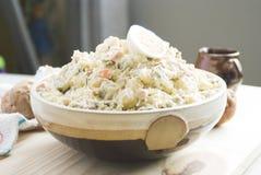 De salade van de aardappel in een kom royalty-vrije stock afbeeldingen