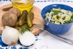 De salade van de aardappel op plattelander stock foto's