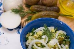 De salade van de aardappel op plattelander royalty-vrije stock afbeeldingen