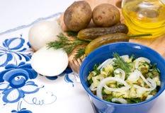 De salade van de aardappel op plattelander stock fotografie