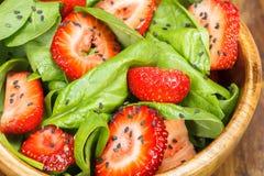 De Salade van de aardbeispinazie Stock Fotografie