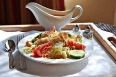 De Salade van de bediening op de kamer. Stock Foto