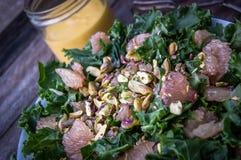 De salade van de boerenkoolgrapefruit stock foto's