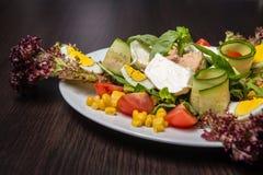 De Salade van de chef-kok met tonijn Royalty-vrije Stock Afbeeldingen
