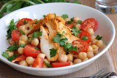 De salade van de kip en van de kikkererwt Stock Foto's