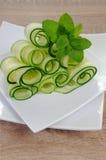 De salade van de lintkomkommer met munt Stock Afbeelding