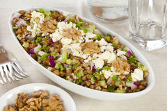 De Salade van de linze met Okkernoten, Feta en Selderie Stock Foto