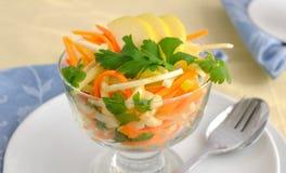 De salade van de selderie met wortel en appel Stock Afbeelding