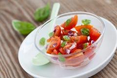 De salade van de tomaat in een kom royalty-vrije stock afbeeldingen