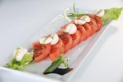 De salade van de tomaat met mozarellakaas Royalty-vrije Stock Foto's