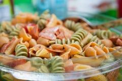 De Salade van de zomerdeegwaren royalty-vrije stock afbeelding