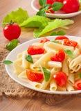 De salade van deegwaren met kersentomaten royalty-vrije stock foto's