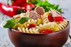 De salade van deegwaren met tonijn Stock Foto