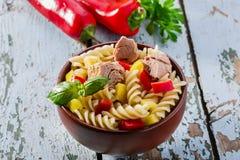 De salade van deegwaren met tonijn Stock Foto's