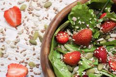 De salade van de dieetzomer met aardbeien, sla en zaden, een lichte snack, gezond voedsel, stock foto's