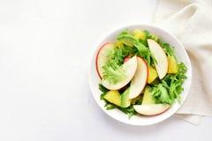 De salade van de fruitgroente met rode appelen, avocado, oranje plakken royalty-vrije stock foto's
