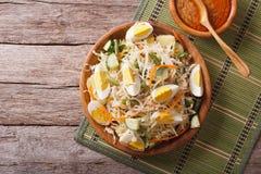 De salade van Gadogado met pindasaus op de lijst horizontale bovenkant vi Royalty-vrije Stock Afbeeldingen
