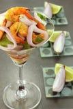 De salade van garnalen en rode ui Stock Afbeelding