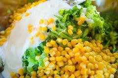 De salade van graan, komkommer, sneed salade en yoghurt in ijzerkom, Royalty-vrije Stock Fotografie