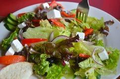 De salade van Griekenland op de plaatclose-up royalty-vrije stock foto's