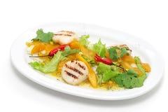 De salade van groenten en van kammosselen Stock Afbeeldingen