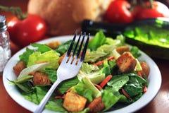 De salade van het restaurant op houten lijst. Stock Foto's