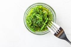 De salade van het Wakamezeewier met sesamzaad Traditioneel Japans voedsel stock afbeelding