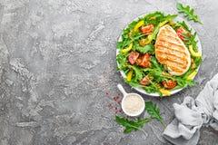 De salade van de kip Vleessalade met verse tomaat, paprika, arugula en geroosterde de Kippenfilet van de kippenborst met verse gr stock afbeelding