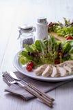 De salade van de kippenborst op een witte plaat met vork en mes Royalty-vrije Stock Afbeeldingen