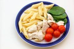 De salade van kippendeegwaren Stock Afbeelding