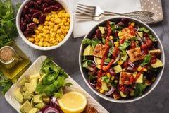 De salade van de kippenkip met avocado, graan en boon royalty-vrije stock fotografie