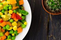 De salade van kleurrijke groenten is dicht stock foto