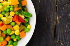De salade van kleurrijke groenten is dicht Zwarte achtergrond stock foto's