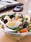 De Salade van Nicoise van de Deegwaren van de tonijn Royalty-vrije Stock Afbeeldingen
