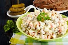 De salade van Olivier Traditionele Russische keuken Stock Afbeeldingen
