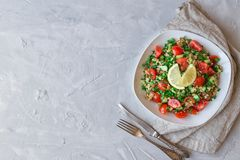 De salade van Tabboulehtabouli op lichtgrijze concrete achtergrond Royalty-vrije Stock Afbeelding