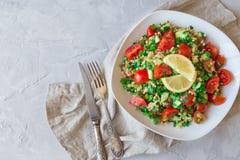De salade van Tabboulehtabouli op lichtgrijze concrete achtergrond Royalty-vrije Stock Foto's