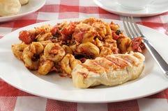 De salade van Tortellini met geroosterde kip stock fotografie