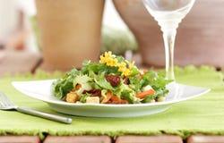 De saladelijst van de zomer het plaatsen stock afbeeldingen