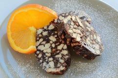 De salami van het koekje met suikerglazuursuiker stock afbeeldingen