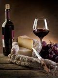 De salamidruiven en wijn van de kaas stock fotografie