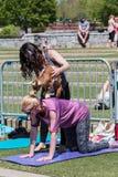 De Saldi van de babygeit op Rug van Vrouw in Yogaklasse stock foto's