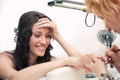 De salon van de schoonheid: Manicure, die op spijker schildert Royalty-vrije Stock Foto