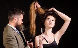 De salon van de herenkapperkapper Gebaard Mannetje haar van kapper het scherpe cliënten met schaar bij haarsalon Vrouw met royalty-vrije stock afbeeldingen