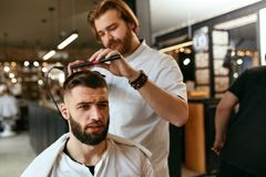 De Salon van het mensenhaar Mens Barber Doing Hairstyle In Barbershop stock afbeeldingen