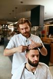 De Salon van het mensenhaar Mens Barber Doing Hairstyle In Barbershop stock foto