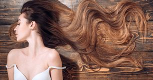 De Salon van het schoonheidshaar Mooi haar Modieuze Rand Schoonheidsmeisje met lang en glanzend golvend haar trendy royalty-vrije stock afbeeldingen